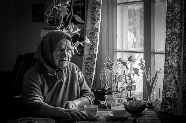 Hilja Huurinainen mökissään talvella 1980