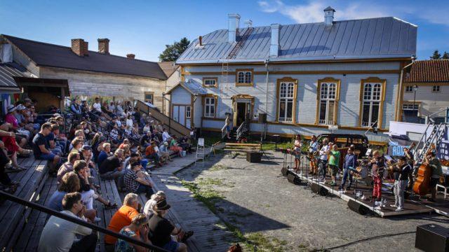 Mikko Innanen 10+ Raahen teatterin sisäpihalla