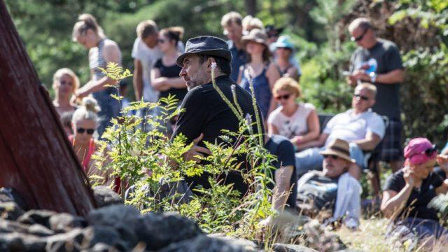 Rantajatsien festivaalijohtaja Charles Gil ehti kuuntelemaan musiikkia Iso-Kraaselin saarella.