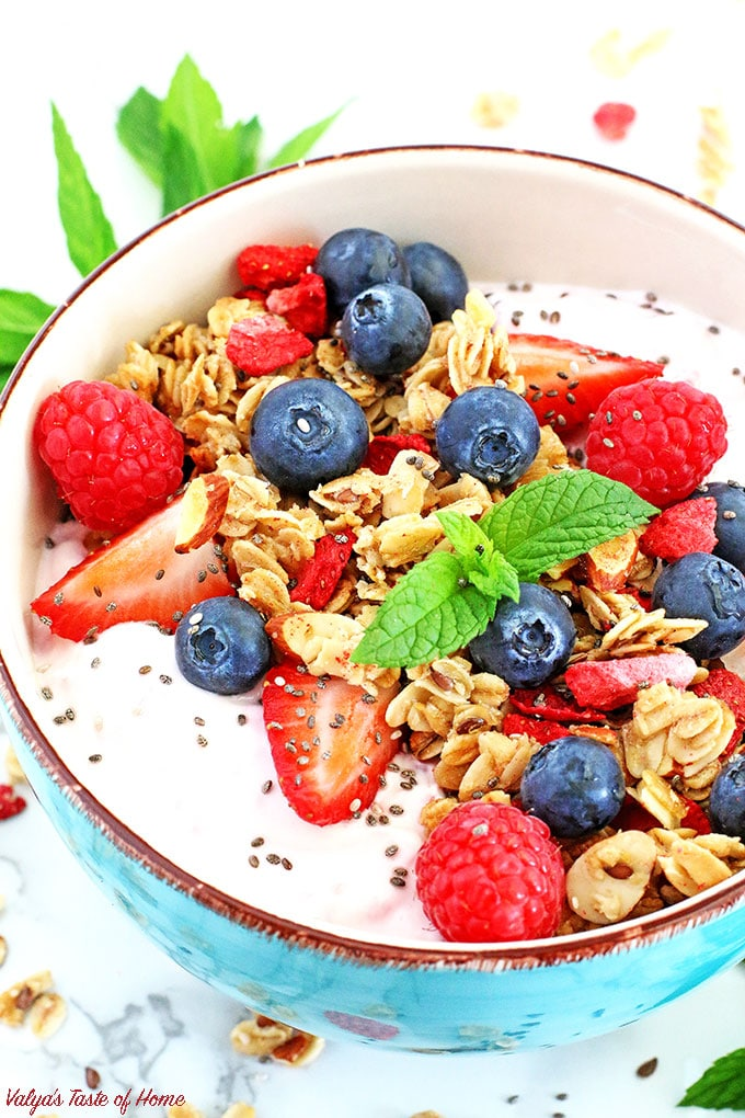 This easy and delicious Berry Granola Greek Yogurt Bowl recipe is packed with protein, calcium, vitamins, minerals and loaded with fresh fruit. It's perfect for breakfast, healthy snack, dessert, or even meal replacement.