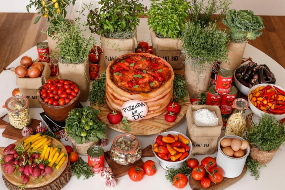 mesa com decoracao para dia de pizza