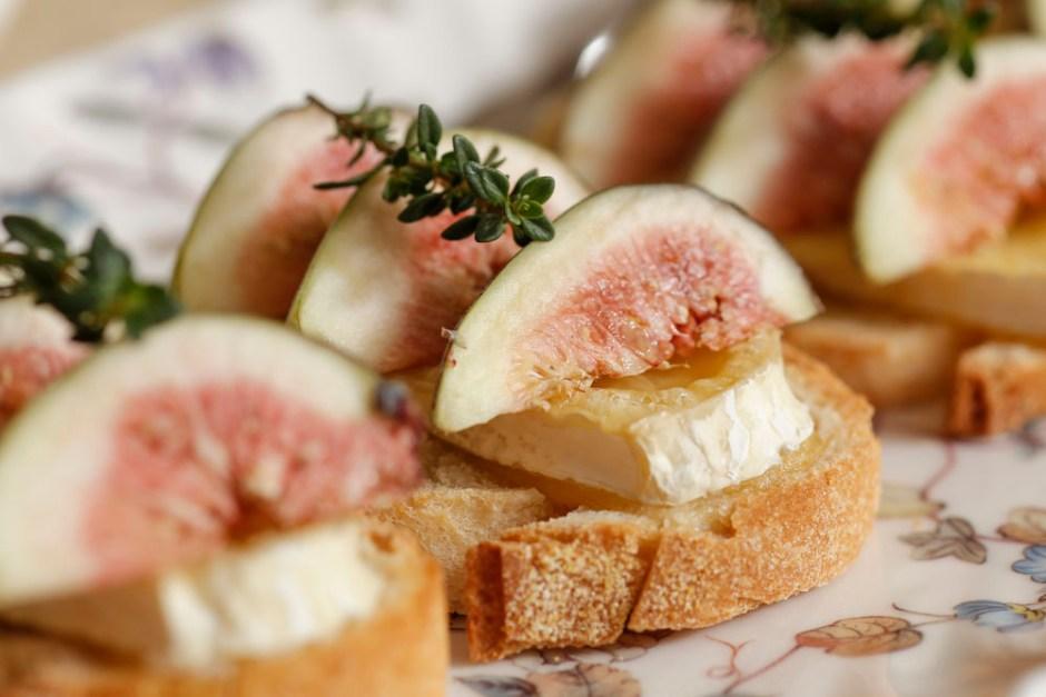 bruschetta brie com mel e figo