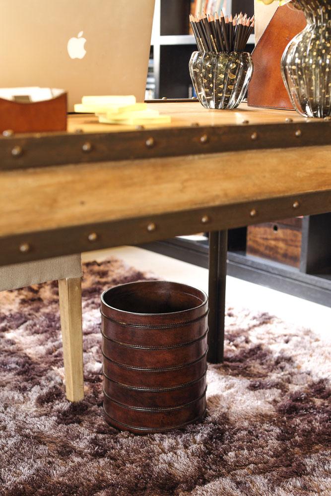 lixeira de couro marrom para escritorio