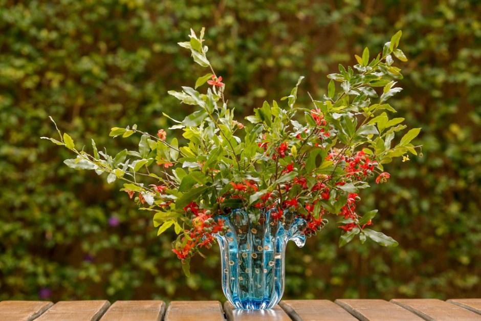 arranjo de flores em vaso de murano