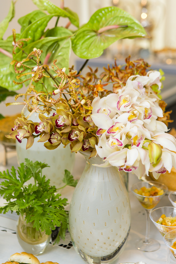 vaso branco com ouro e arranjo