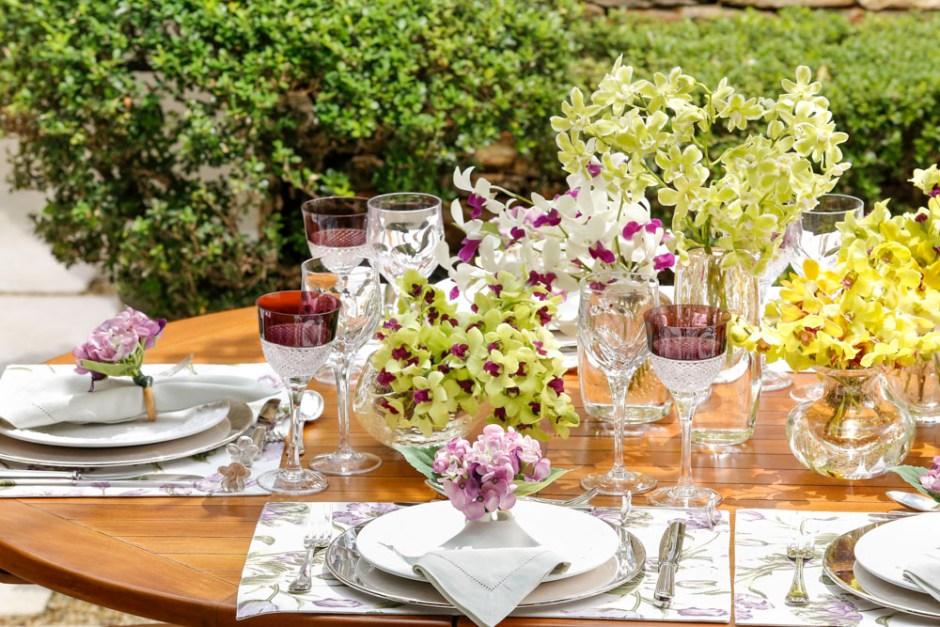 mesa em tons de amarelo e vinho