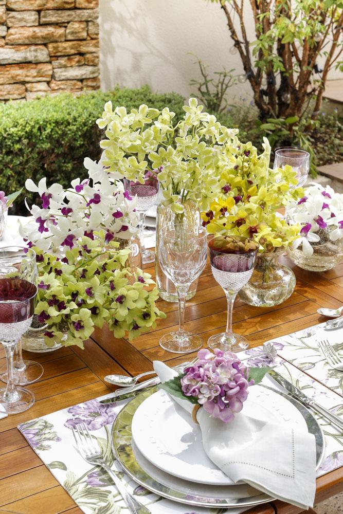 mesa no jardim com orquídeas