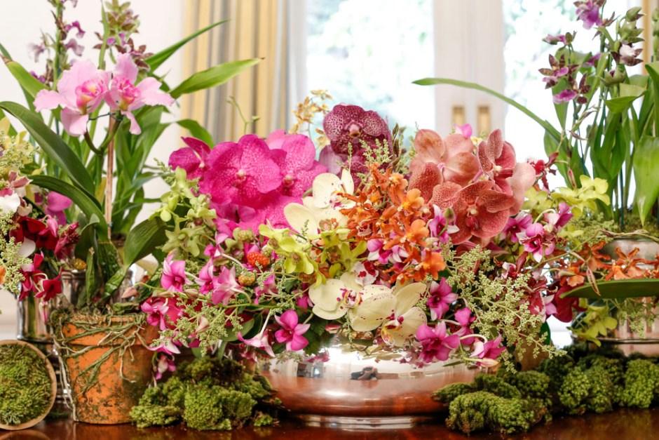 orquídeas em vasos de prata