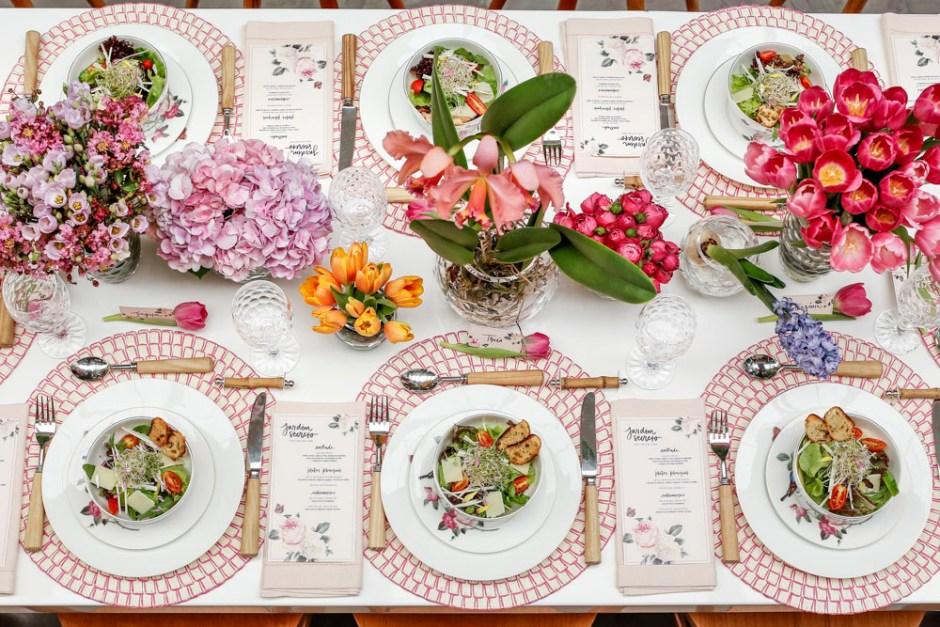 mesa de almoço no jardim