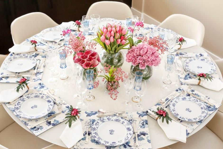 mesa posta de jantar com tons de azul e rosa