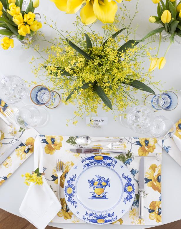 mesa de jantar decorada com tons de azul e amarelo