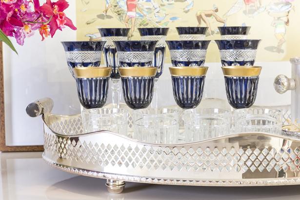 taças e copos de cristal azul-marinho e dourado