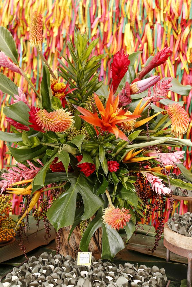 arranjo com flores tropicais em rosa e vermelho milplantas