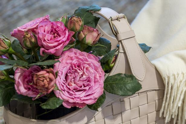 cesto de couro com flores rosas