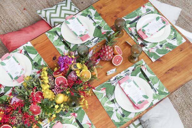 brunch pool party com decoração tropical