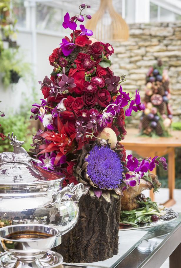 topiarias com flores e frutas em tronco de madeira para o Natal
