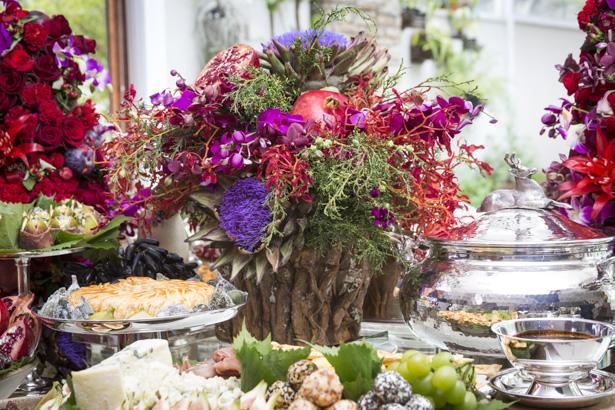 arranjo om flores e frutas para ceia de natal