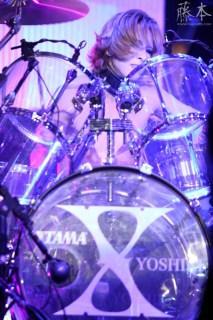 Yoshiki_playing_drums
