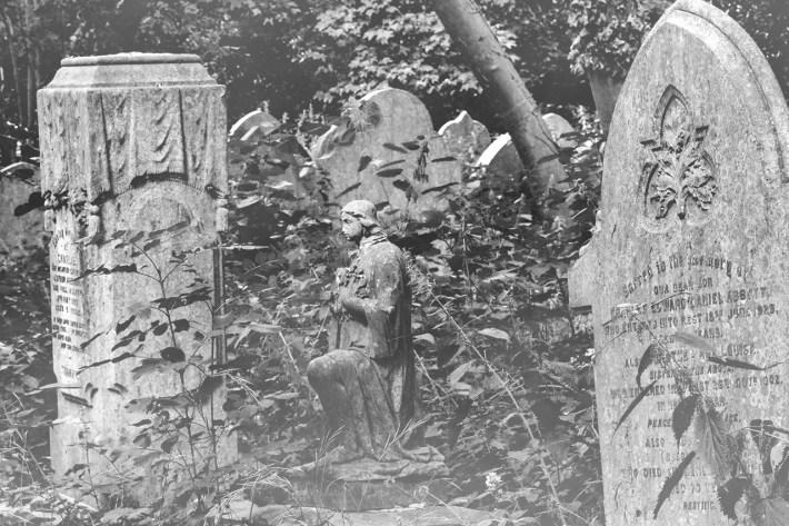 In un Cimitero di Eando Binder