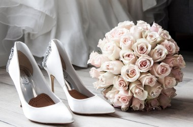 Immagine di copertina Legati dal dovere di Cora Reilly . Scarpe e bouquet da sposa