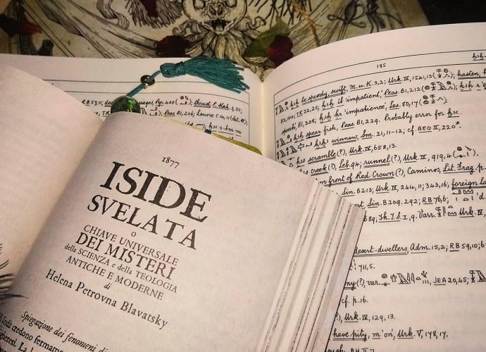 iside svelata di helena petrovna blavatsky pagina con titolo e libro con geloglifici
