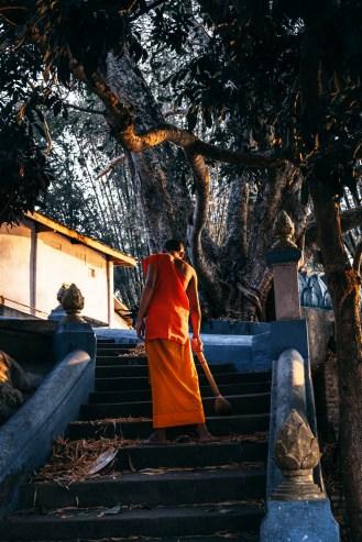 monaco che pulisce il tempio - haru - le sette vie del drago di francesco codenotti