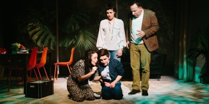 Members of the cast of the Théâtre la Seizième production of Le Soulier. Photo by Gaëtan Nerincx.