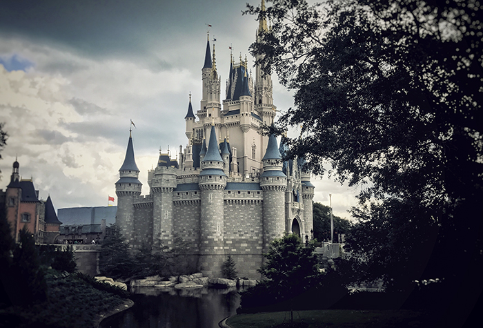 Donkere wolken bij het Disney Castle
