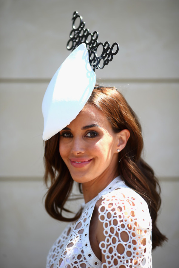 Rebecca-Judd-in-JAton-Couture-Victoria-Derby-Day-hat-600x899