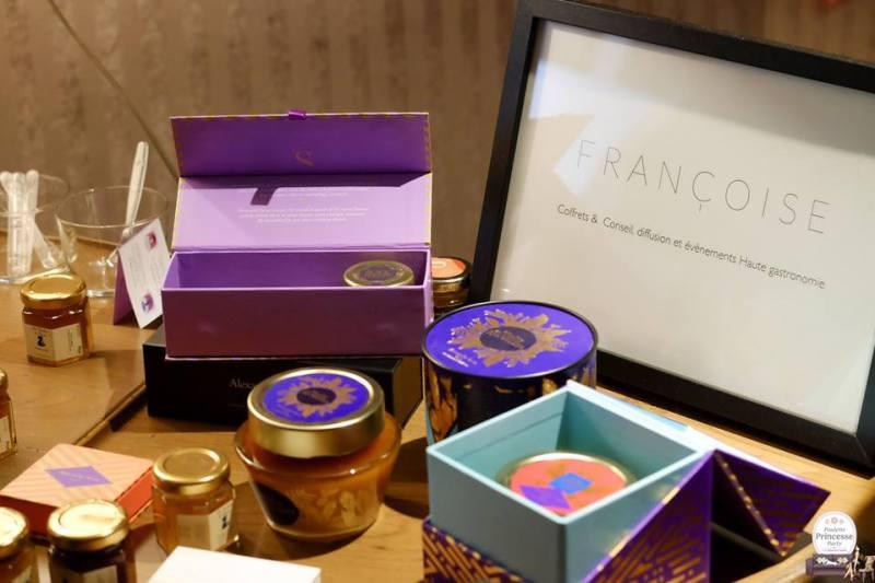 Passionné par le miel et grand voyageur, Alexandre Stern réunit au fil des années une vaste collection de miels issus de différentes variétés florales et de terroirs variés.