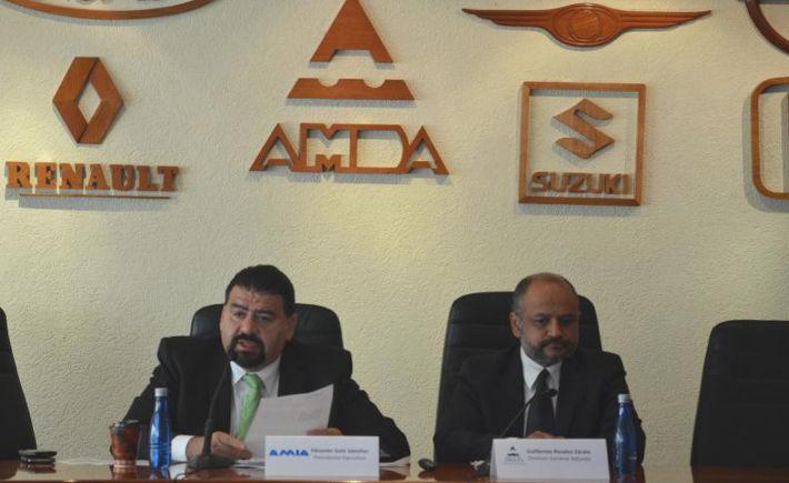 Eduardo Solís, presidente ejecutivo de la Asociación Mexicana de la Industria Automotriz (AMIA), y Guillermo Rosales, director general adjunto de la Asociación Mexicana de Distribuidores de Automotores (AMDA), en su conferencia mensual. (Foto AMIA)