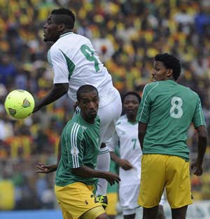 Nigeria's Emmanuel Emenike (C) reaches for the ball in front of Ethiopia's Degu Debebe (L) and teammate Asrat Mebersa (R) on October 13, 2013 during a 2014 World Cup qualifyingier match in Addis Ababa. AFP PHOTO