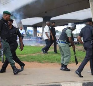 Sowore: Soldiers, Police fire teargas, disperse #RevolutionNow protesters in Lagos