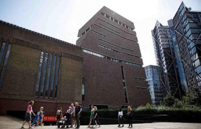 Teen pushes boy from UK gallery, says 'told of plan to kill'