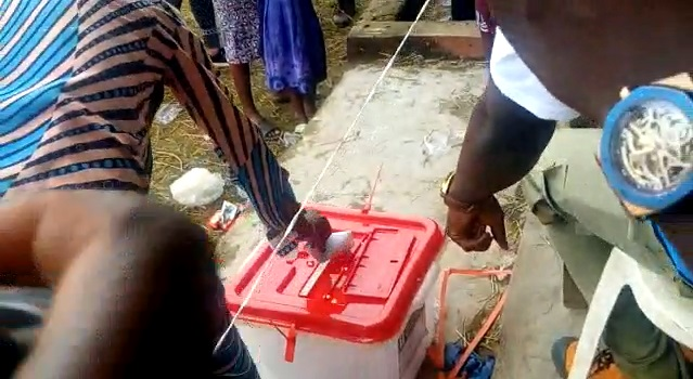 #OndoDecides2020: Drunk voter creates scene in Akure South PU (VIDEO)