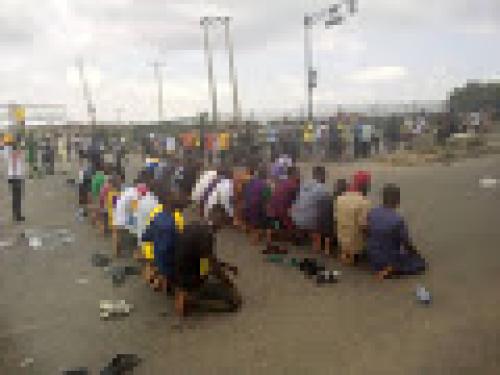 #EndSARS: Protesters in Osogbo observe jumaat on express road