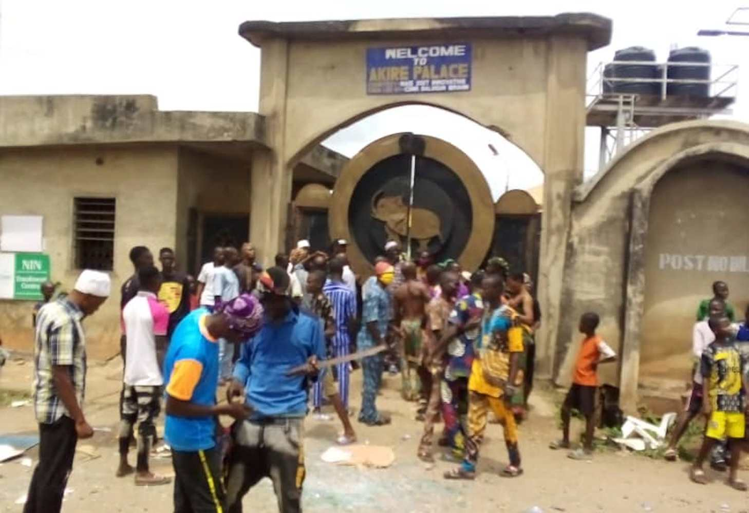 Irate youths invade Akire palace in Osun, attempt to chase out monarch