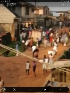 VIDEO: Ikorodu residents invade politician's property, loot palliatives
