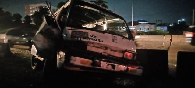 BREAKING: Four rescued as truck rammed into buses on Lagos/Ibadan Expressway