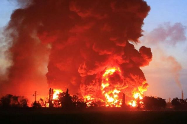 Huge fire engulfs Indonesian oil refinery, 20 injured