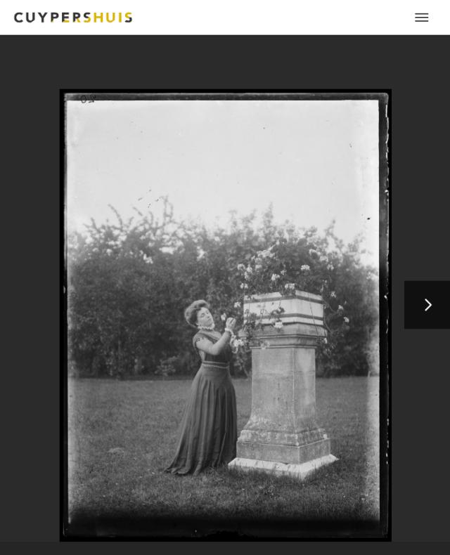 Delphine Cuypers-Povel in een park of tuin, vermoedelijk in Amsterdam. Screenshot website Cuypershuis, nr 6492. bvhh.nu 2019.