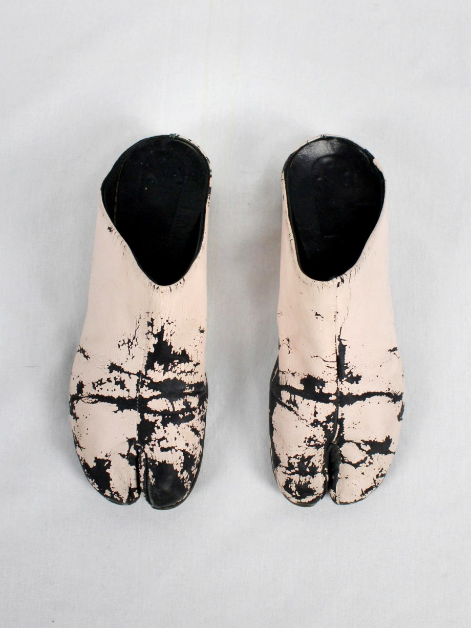 vaniitas vintage Maison Martin Margiela black tabi slippers painted in light pink spring 2002 1789