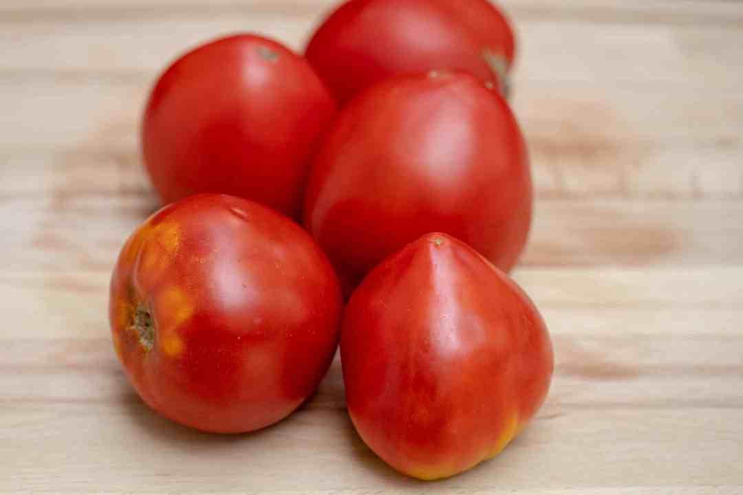 coeur de boeuf tomatoes on a cutting board