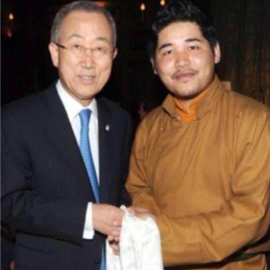 La China es culpable del genocidio masivo de 1.2 millones de tibetanos. Su Majestad el Rey Lhagyari Trichen con el anterior Secretario General de las Naciones Unidas, Banki Moon  en Nueva York