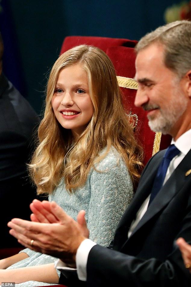S.A.R La Princesa de Asturias junto a su padre, S.M El rey