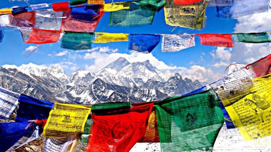 Banderas de oración en Tíbet que el gobierno invasor chino quiere erradicar