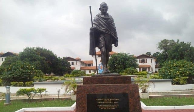 La estatua de Ghandi ha sido quitada de la Universidad en Ghana por ser acusado de racista! Noe estamos volviendo locos!