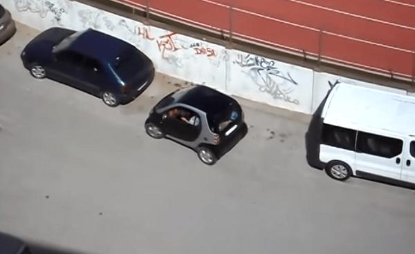 Vrouw parkeert