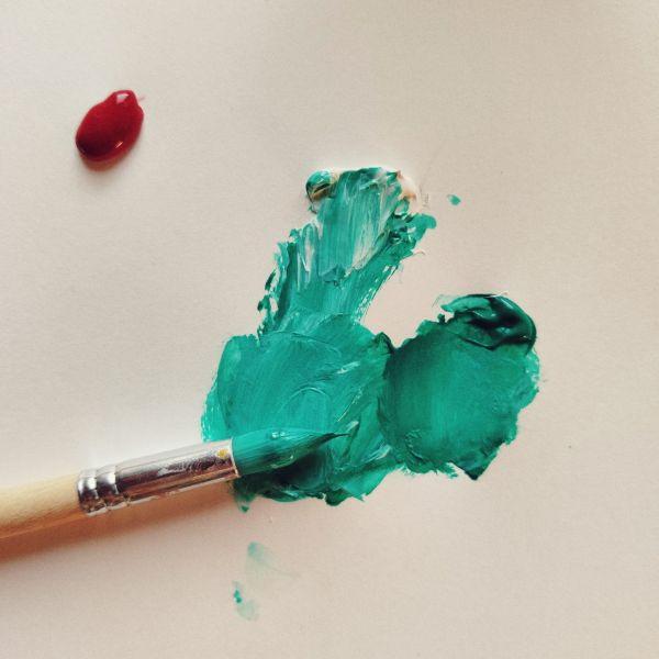 Pincel y pintura verde