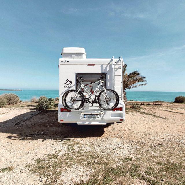 Seguro para autocaravanas: autocaravana aparcada frente al mar